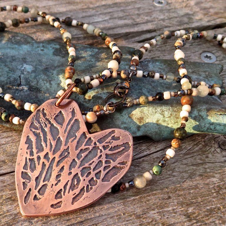Ætset kobberhjerte på kæde af små perler