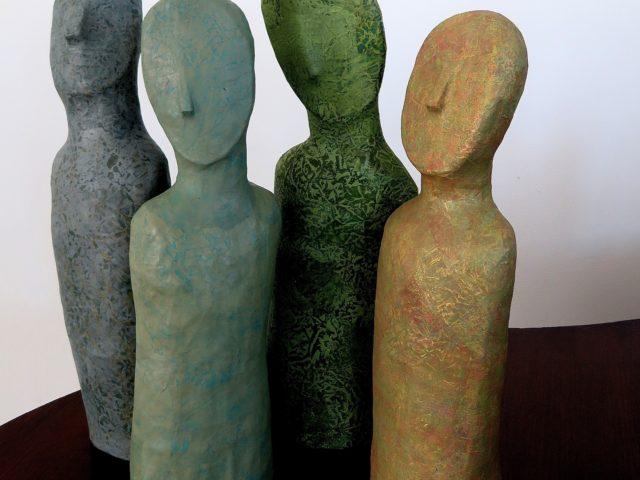 Skulpturgruppe / Håndmalet papir på papmache